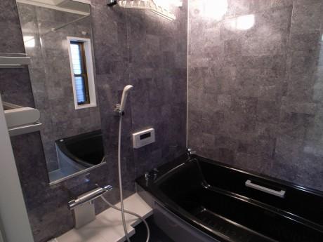 収納スペースもたっぷりの洗面所とモノトーンでまとめたモダンなバスルーム。