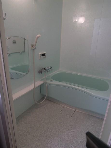 親子でお風呂時間を楽しめる広々したバスルーム。