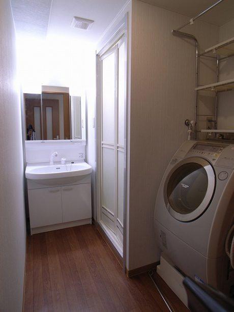快適な洗面所、親子でお風呂時間を楽しめる広々したバスルーム。