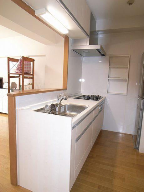 お子様を見守りながら調理のできる対面キッチン。収納・作業スペースもゆったりしています。