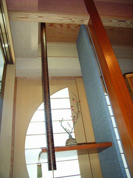 扉を開けると、個性的な和室が登場。ベランダサッシの内側には、手作りの丸い障子と飾り棚をつけました。